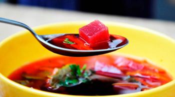 Красный борщ в горшочках с фасолью