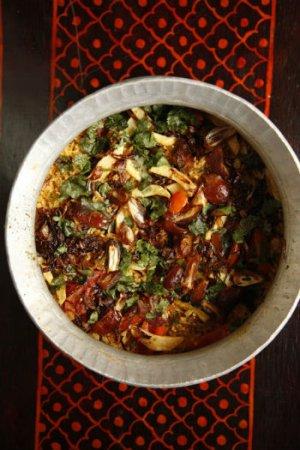Пряный рис с помидорами, картофелем и луком