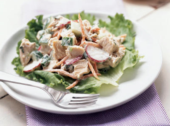 Салат с курицей, сухариками и фасолью