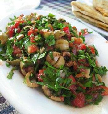 Постный салат из кальмаров и оливок
