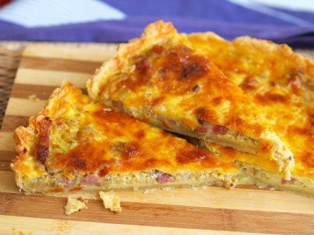 Луковый пирог с сыром и копченой грудинкой