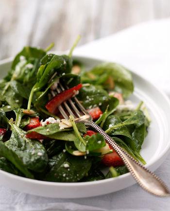 Салат из клубники с маковой заправкой к шашлыку