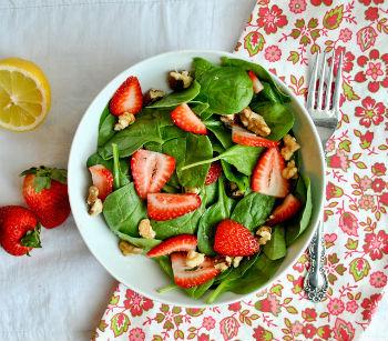Салат с клубникой к шашлыку