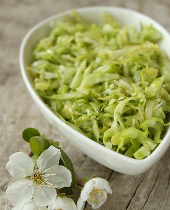 Простой салат из молодой капусты
