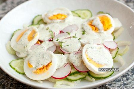 Свежий салат из овощей с зеленой заправкой