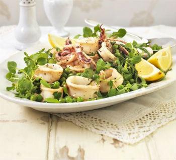 Салат с кальмарами, свежим огурцом и кедровыми орешками