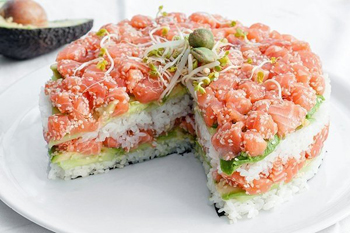 Холодная закуска суши-торт из авокадо, огурца и лосося