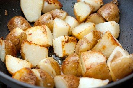 Картофельный салат с брокколи, мелиссой и тархуном