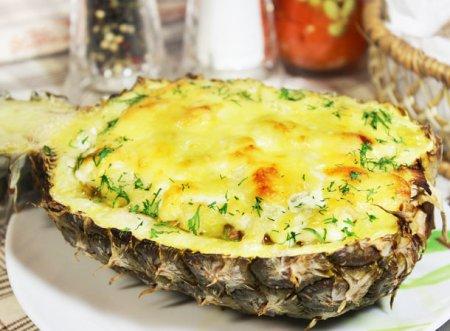 Запеченный ананас с фаршем под сырной корочкой