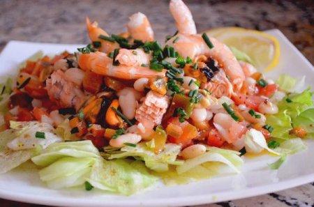 Салат из морепродуктов и белой фасоли (Ensalada mariner de alubias blancas)