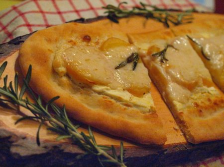 Лепешки с картошкой, козьим сыром и розмарином