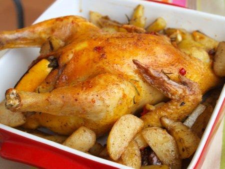 Цыпленок, фаршированный картофелем, лимоном и чесноком