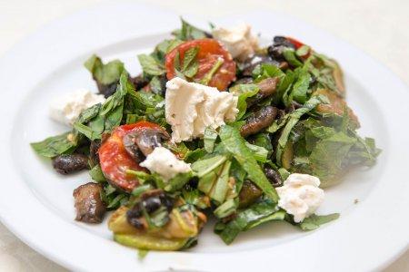 Салат с цуккини с грибами и мягким сыром