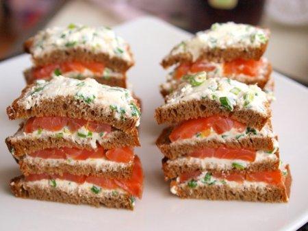 Закуска из копченого лосося с ржаным хлебом