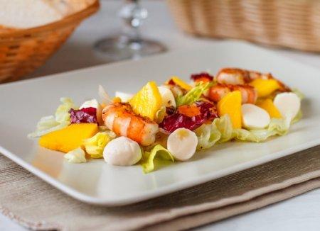 Салат из креветок с манго, мини-моцареллой и медовой заправкой