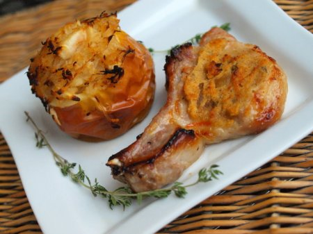 Свиная отбивная с апельсиново-горчичным соусом и яблоками с квашеной капустой