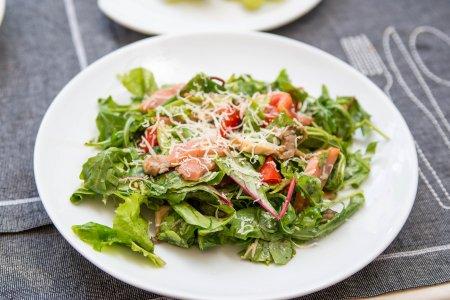 Салат с зеленью, грибами и рыбкой