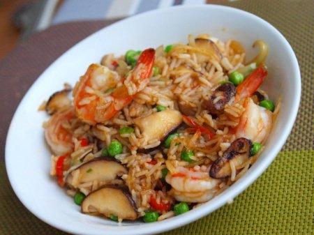Жареный рис с креветками и шиитаке