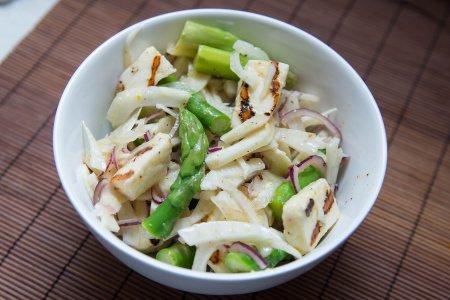 Салат со спаржей и сыром халуми от Джейми Оливера