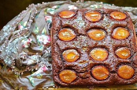 Вегетарианский шоколадный пирог со сливой
