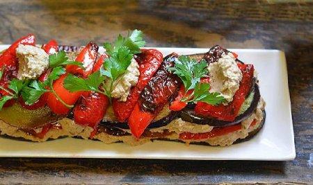 Чесночно-ореховый салат с баклажанами и перцем