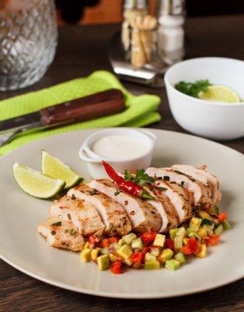 Куриные грудки текс-мекс с сальсой из томатов и авокадо