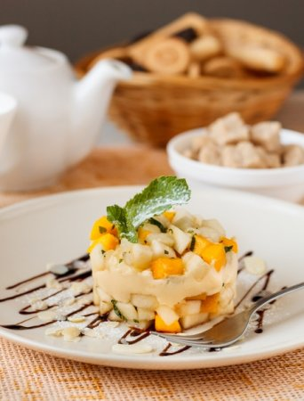 Десерт из осенних фруктов с маскарпоне и манго