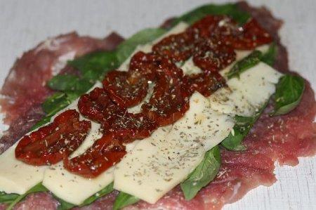 Свиная вырезка «Капрезе» фаршированная вялеными томатами, моцареллой и базиликом