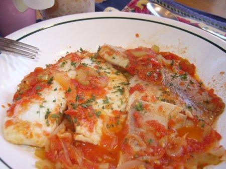 Тушеная рыба в томате