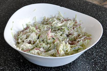 Салат из копченой колбасы и огурцов