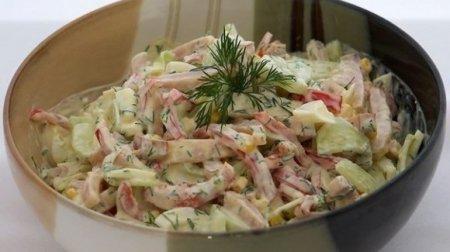 Салат из помидор, огурцов и ветчины