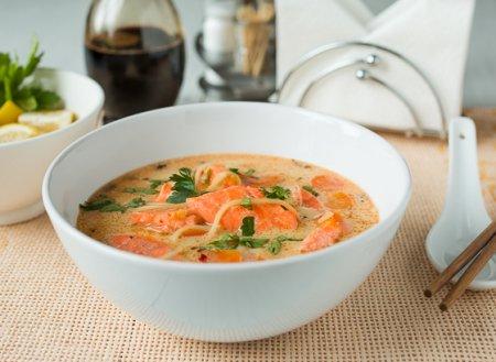 Суп из лосося с лапшой в тайском стиле