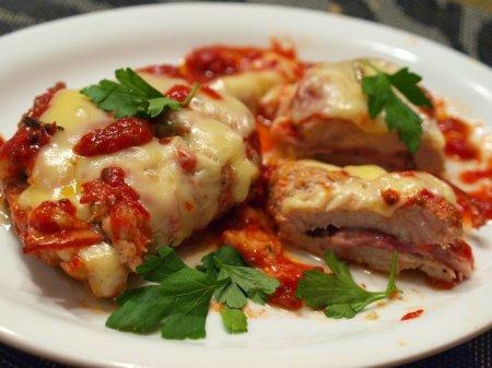 Свинина с ветчиной под сыром в томатном соусе