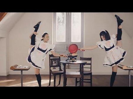 Видео с сотней японских горничных, пекущих один блин, взорвало YouTube