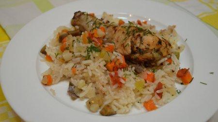 Запеченные куриные ножки с рисом и овощами