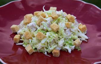 Салат из пекинской капусты, курицы и сухариков