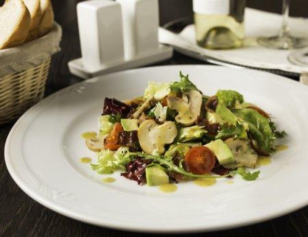 Салат с шампиньонами, авокадо и хрустящим беконом