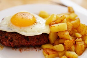 Бифштекс из фарша с яйцом
