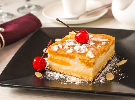 Персиковый пирог-первертыш с творожным кремом