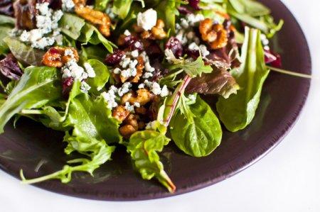 Салат из зелени и сыра