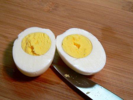 Салат с горошком и яйцом