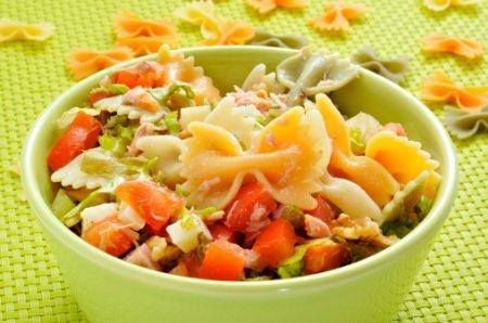 Салат с макаронами-бантиками
