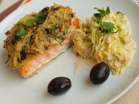 Лосось с маслинами под картофельной корочкой