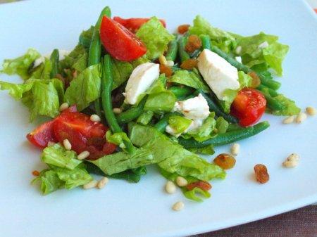Итальянский салат с помидорами, стручковой фасолью и моцареллой