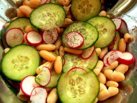 Салат из белой фасоли с редисом