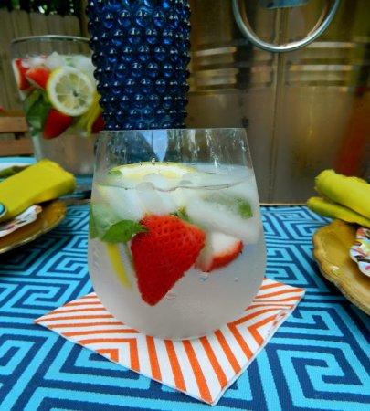 Напиток из клубники, лимона и базилика