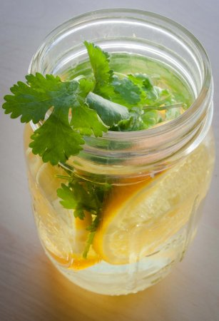 Напиток из апельсина и кинзы
