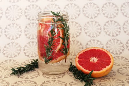 Напиток из грейпфрута и розмарина