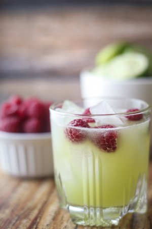 Напиток из дыни, лайма и малины