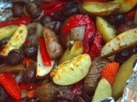 Запеченный картофель с овощами и шампиньонами